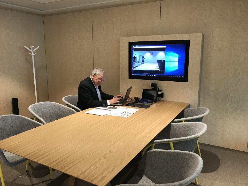salle de reunion avec un ecran tactile et dispositif numérique