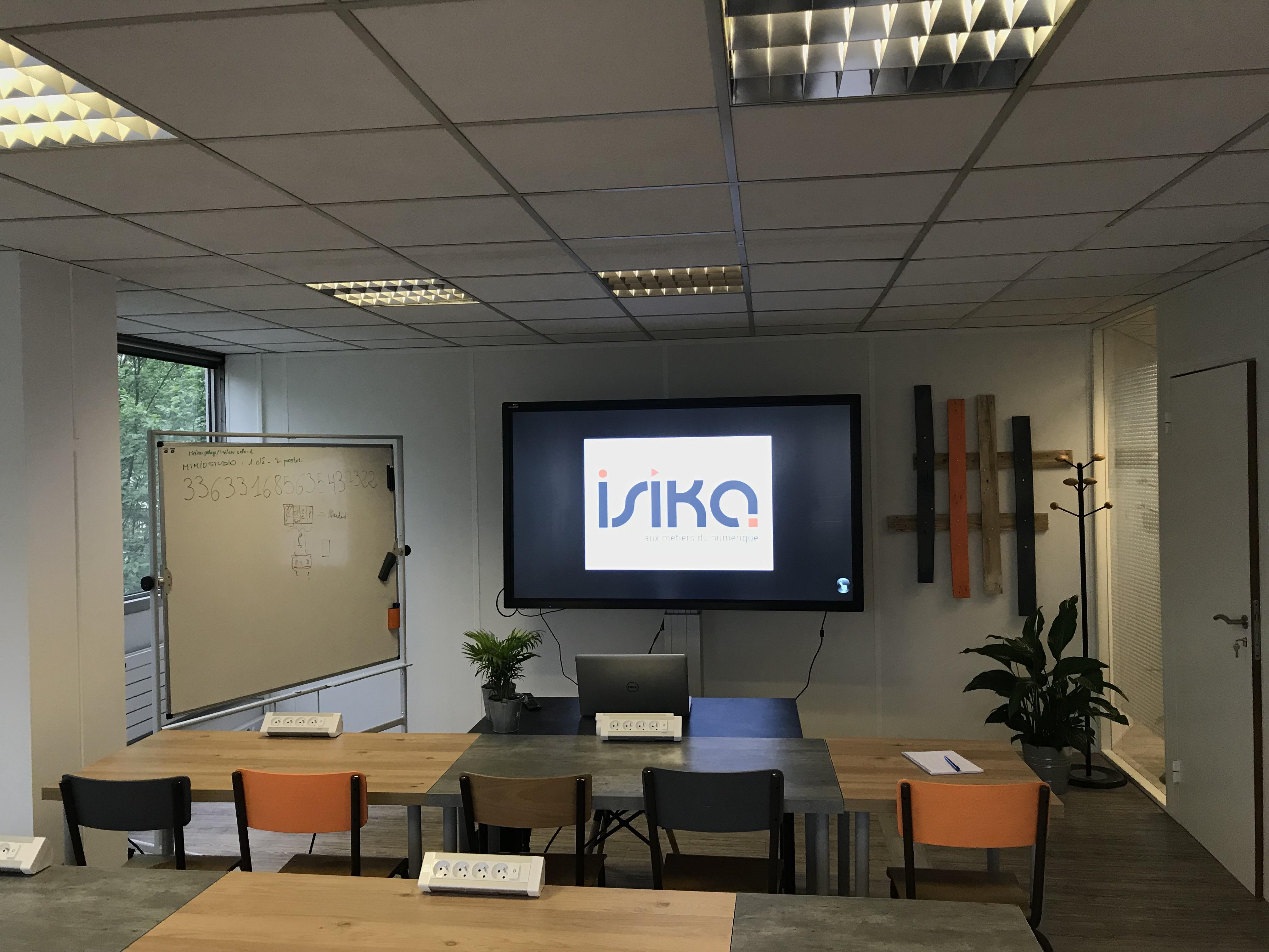 ecran interactif easypitch dans une salle de formation professionnelle isika