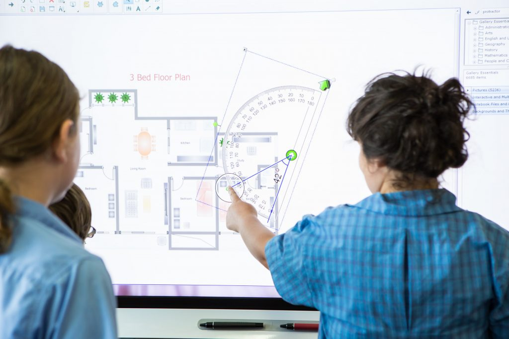 enseignement des mathematiques sur un écran interactif en salle de classe